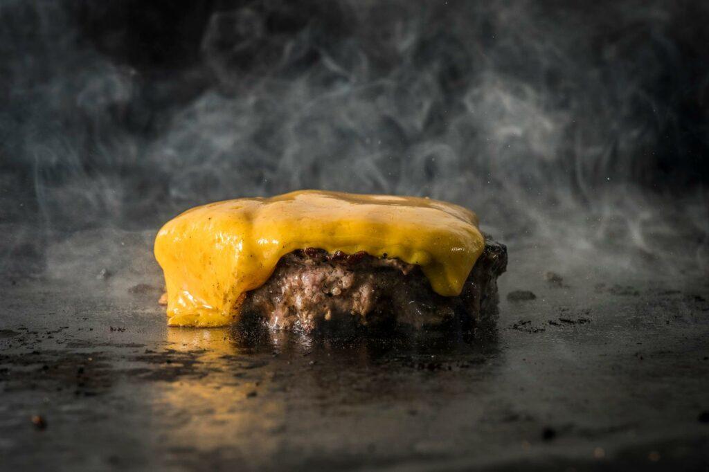 המבורגר עם צ'דר על הגריל
